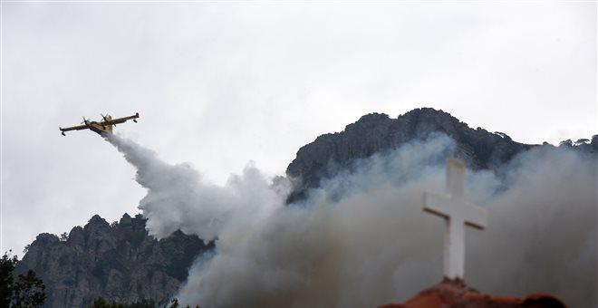 Ναύπακτος: Μεγάλη πυρκαγιά στην Ιερά Μονή Βαρνάκοβας