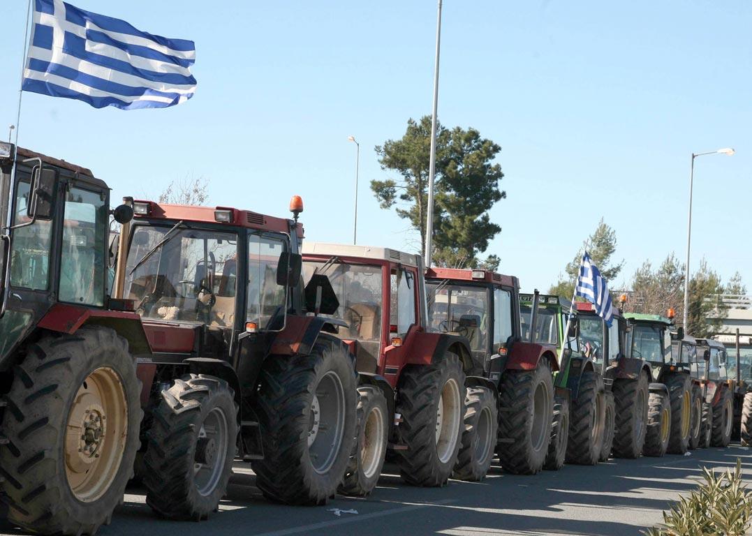Αχαϊα: Εκλεισαν την Νέα Εθνική Οδό οι αγρότες της Αιγιάλειας – Ξεκίνησαν τα μπλόκα