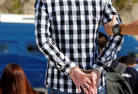 """Βίαζε την κόρη του, την 14χρονη φίλη της κι ένα αγόρι-Συνελήφθη 46χρονος στην Πάτρα-""""Ψάρευε"""" μέσω facebook"""