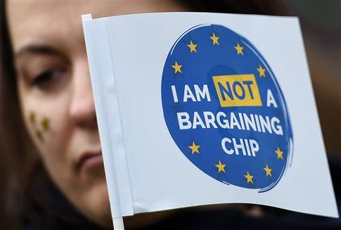 Οδυνηρή ήττα για το Brexit της Μέι στη Βουλή των Λόρδων