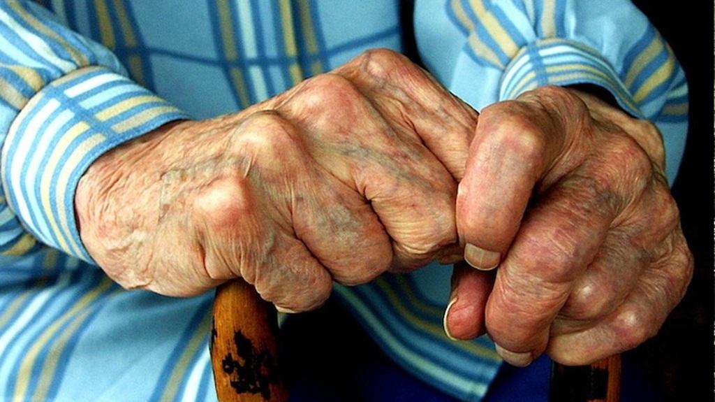 """Πάτρα: """"Μπούκαραν"""" σε σπίτι ηλικιωμένου και τον χτύπησαν για να τον ληστέψουν"""