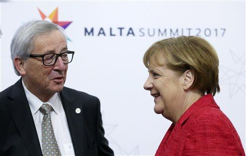 Συνάντηση Μέρκελ-Γιούνκερ στη σκιά επικρίσεων για τα γερμανικά πλεονάσματα