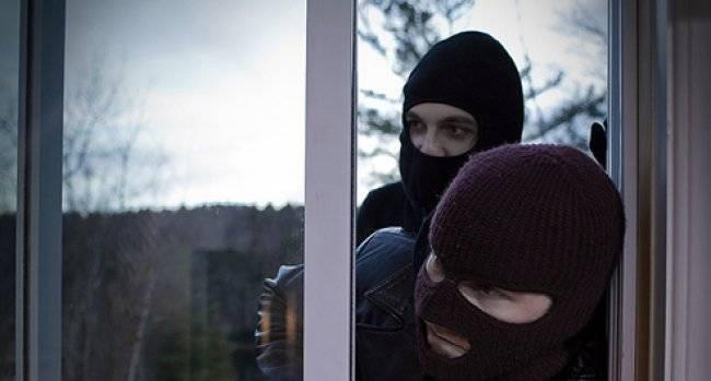 """Πάτρα-Απίστευτο: Έκλεψε τη μάνα του! """"Μπούκαρε"""" με το συνεργό του από το παράθυρο"""