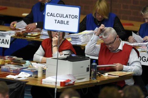 Β.Ιρλανδία: Με μικρό προβάδισμα η νίκη των Ενωτικών στις πρόωρες εκλογές