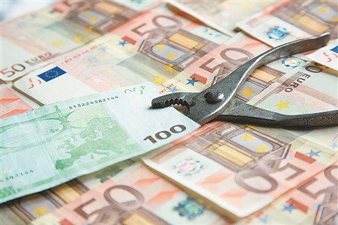 Αδειάζουν οι τραπεζικοί λογαριασμοί από τις κατασχέσεις