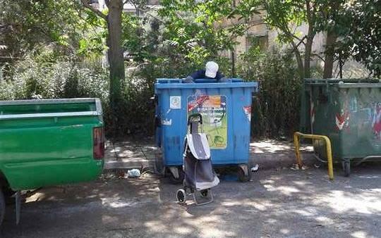 Πάτρα-Σοκ: Πατρινή, πρώην επιχειρηματίας, ψάχνει στα σκουπίδια για φαγητό