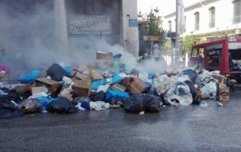 Πάτρα: Φωτιά σε υπερχειλισμένους κάδους σκουπιδιών - Αποπνικτική η ατμόσφαιρα