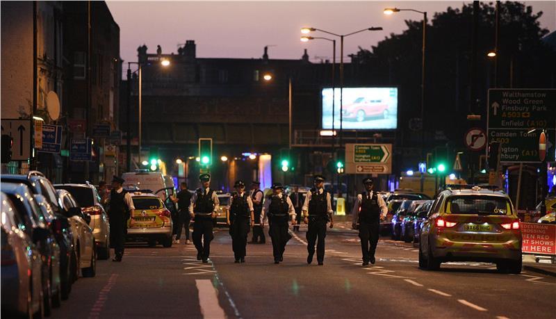 Φορτηγό έπεσε σε πλήθος κοντά σε τέμενος στο βόρειο Λονδίνο