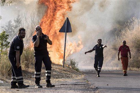 Σικελία: Εθελοντές πυροσβέστες ύποπτοι πως έβαζαν φωτιές για... το επίδομα