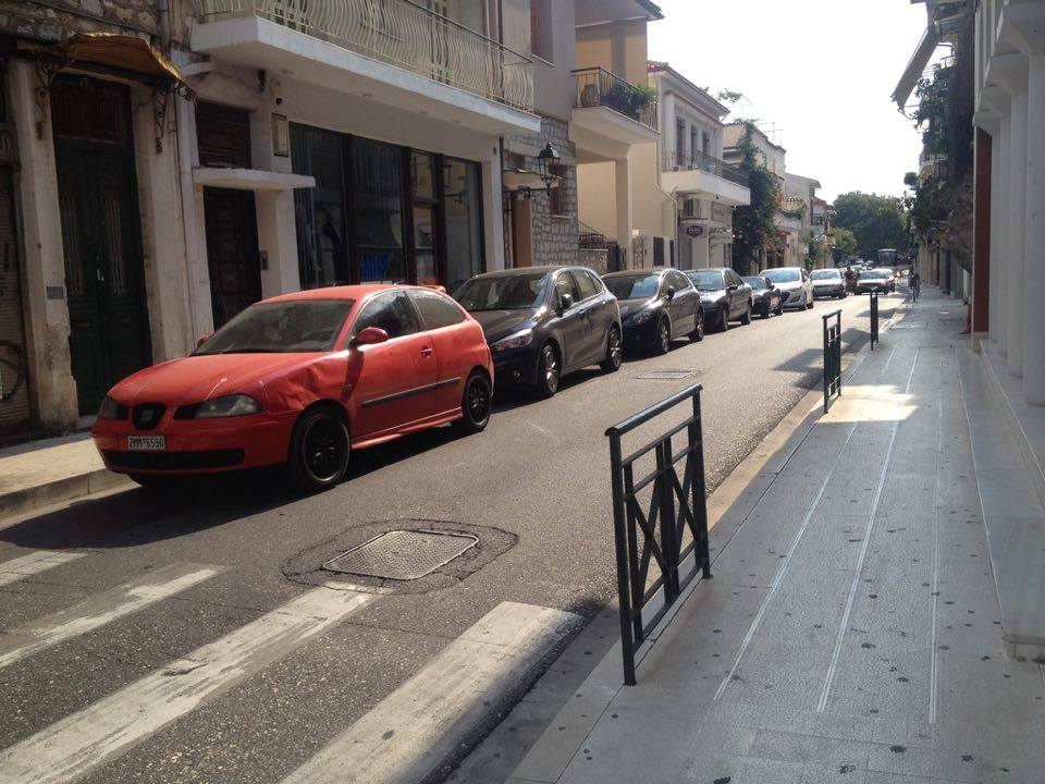 Ναύπακτος: Παρκάρουν παράνομα, στον ποδηλατόδρομο, για να πιουν τον καφέ τους