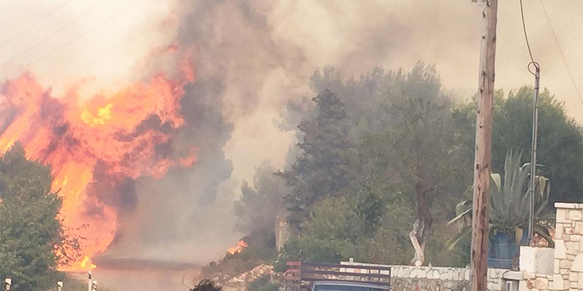 Ζάκυνθος: Μαίνεται η πυρκαγιά στη βορειοδυτική πλευρά του νησιού - Στη μάχη και ο στρατός