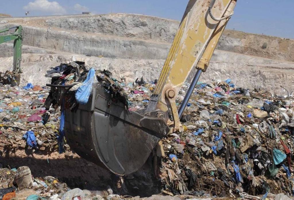H Πάτρα μια ανάσα από το να πνιγεί στα σκουπίδια