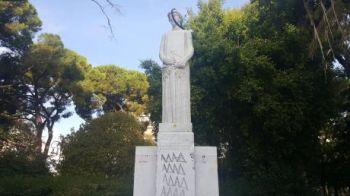 Πάτρα: Κρέμασαν σαμπρέλα και έγραψαν συνθήματα στο μνημείο του Αγνώστου Στρατιώτη στην πλατεία Εθνικής Αντιστάσεως