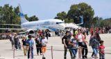 Εκατοντάδες τουρίστες και σήμερα στο αεροδρόμιο Αράξου